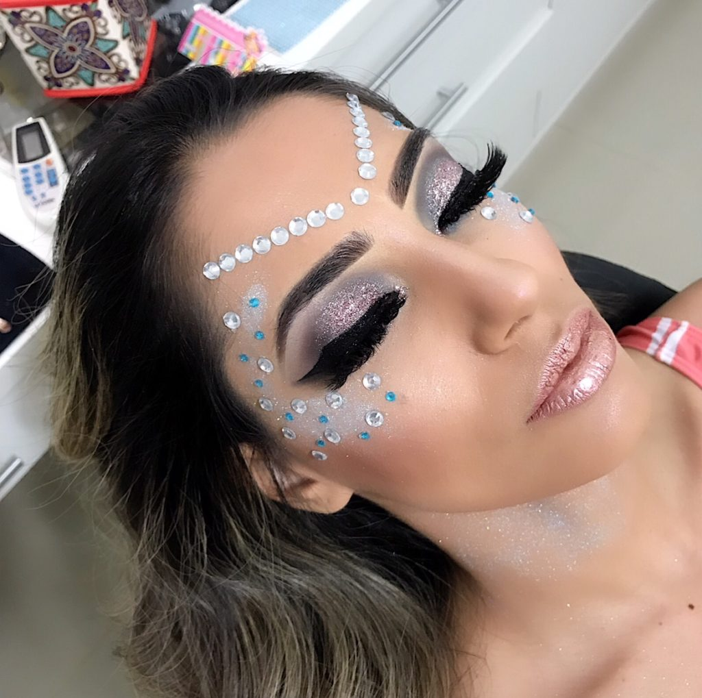 modelo com maquiagem artística para carnaval