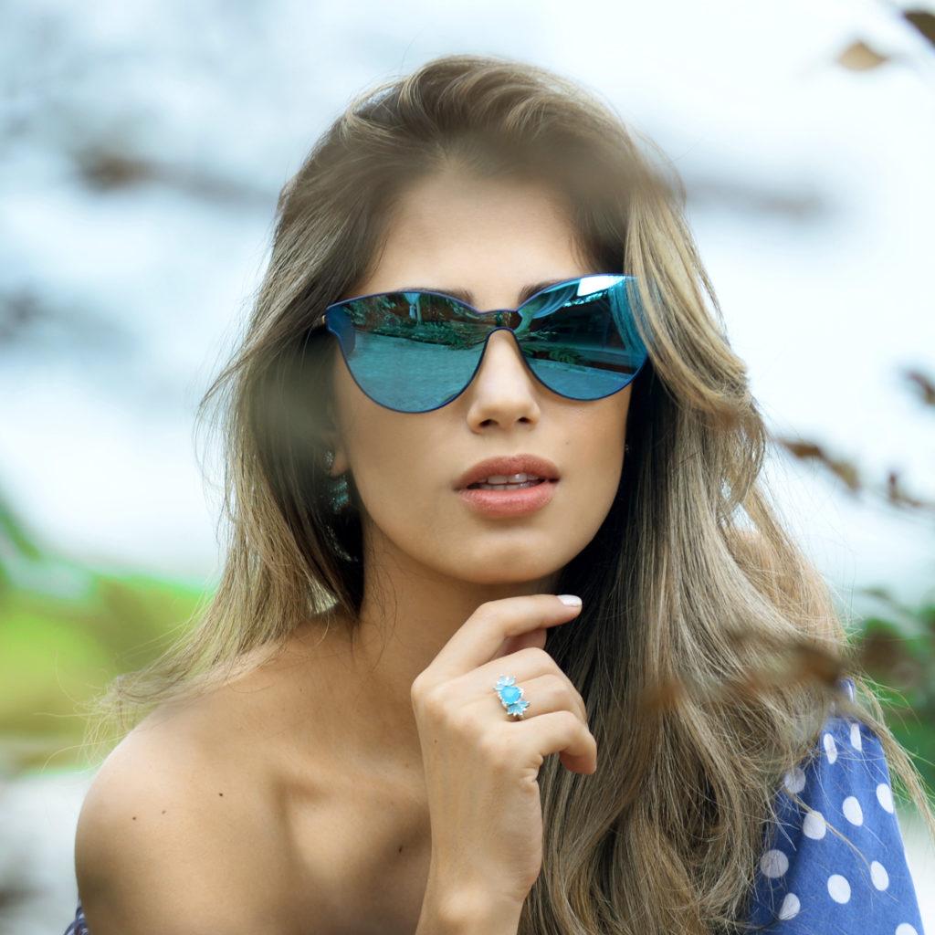 modelo usando óculos com lente espelhada